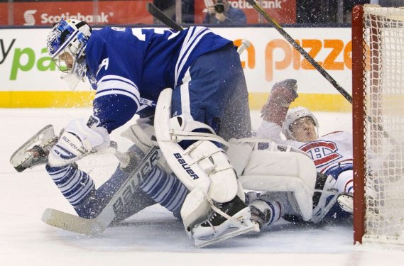 Michael Kostka et Brendan Gallagher heurtent James Reimer. (Photo Fred Thornhill, Reuters)