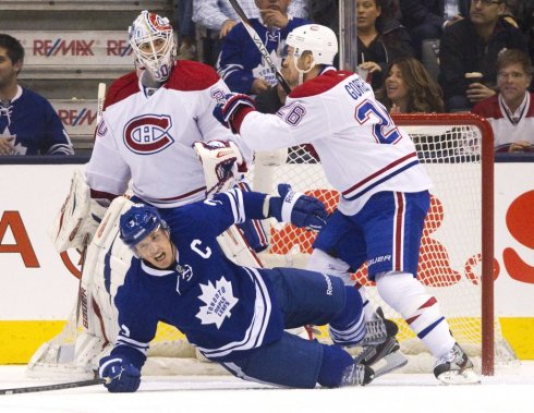 Peter Budaj, Dion Phaneuf et Josh Gorges (Photo Fred Thornhill, Reuters)