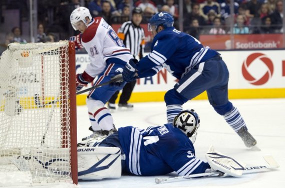 Lars Eller marque contre James Reimer et devant Cody Franson. (Photo Frank Gunn, La Presse Canadienne)