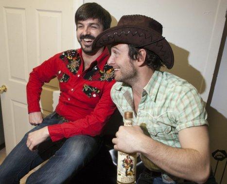 Avant de monter sur scène, Damien Robitaille et Antoine Gratton avaient déjà le coeur à la fête. (Photo: André Pichette, La Presse)