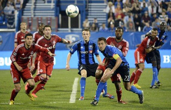 Les joueurs de l'Impact et du Toronto FC observent attentivement la trajectoire du ballon. (Bernard Brault, La Presse)