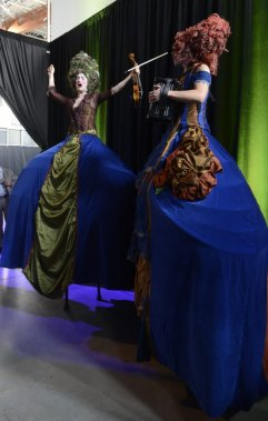 Pendant le cocktail, les Baronnes bleues ont chanté du haut de leurs échasses. (Photo: Bernard Brault, La Presse)