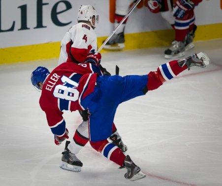 Lars Eller chute face à Chris Phillips. (Photo André Pichette, La Presse)