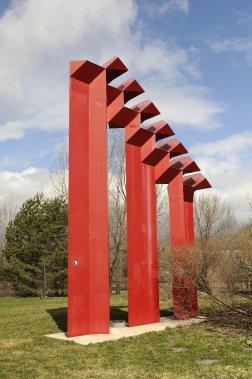 De couleur rouge vif, l'oeuvre «Les portes de l'amitié» a été réalisée par Sébastian, l'un des meilleurs et des plus prolifiques sculpteurs du Mexique. (PHOTO CATHERINE LEFEBVRE, COLLABORATION SPÉCIALE)