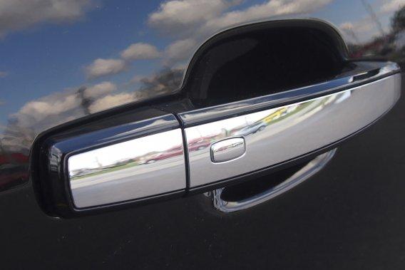 Pour sécuriser l'entrée passive, GM a placé des petits boutons sur les  quatre poignées de porte de la Chevrolet Malibu LTZ 2013.