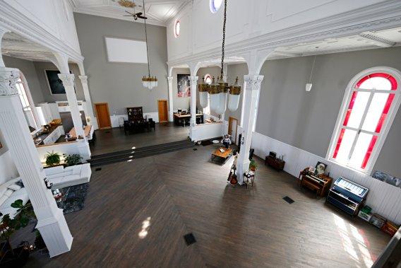 Quand ils ont acheté cette église située à Les Coteaux, Harmony Hubert et son mari se sont lancés dans de grands travaux. (Photo David Boily, La Presse)