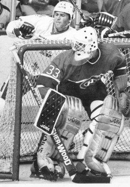 Patrick Roy et Peter Stastny, lors d'un match entre le Canadien et les Nordiques en 1985. (Archives Le Soleil)