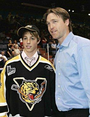 Patrick Roy et son fils Jonathan, hockeyeur pour les Tigres de Victoriaville, en juin 2005 (Photothèque Le Soleil)