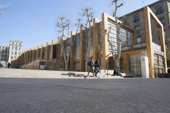 Pavillon M, pavillon de bois largement vitré, dont toutes les composantes pourront être recyclées ou réutilisées après son démontage, prévu en 2014. (Photo: Office de tourisme et des congrès de Marseille)
