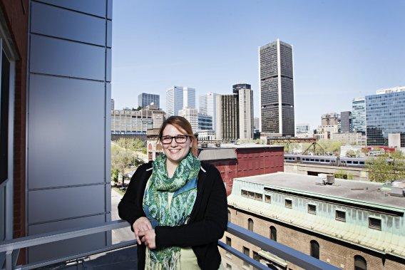 Catherine Hébert a choisi de vivre près de l'autoroute Bonaventure... pour profiter d'une vue dégagée sur le centre-ville. (Photo Annie Gauthier, La Presse)