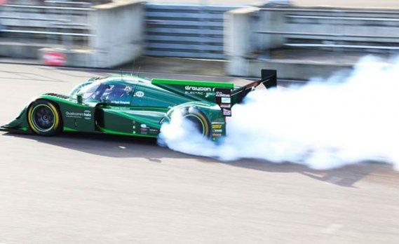 Cette auto est une auto faite pour les circuits de course, pas la piste d'atterrissage bien droite sur laquelle elle roulera pour la chasse au record.