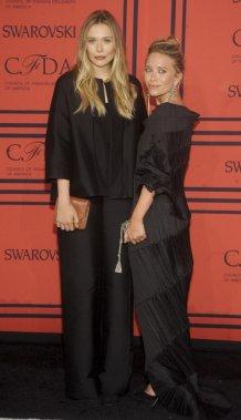Les soeurs Elizabeth et Mary-Kate Olsen à la soirée américaine des CFDA Awards. (Photo: AP)
