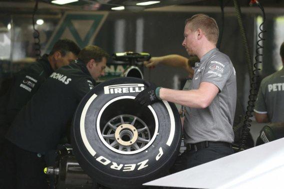 Certaines écuries ont essayé brièvement les nouveaux pneus Pirelli lors des essais libres de vendredi au Grand Prix du Canada. Ils ne seront pas disponibles en Grande-Bretagne, à la fin juin.