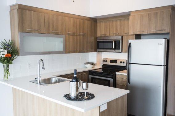 Les appartements ne sont pas tous identiques. Comme le démontre cet autre condo, l'atmosphère diffère selon la combinaison de revêtement de sol, de céramique et d'armoires de cuisine choisie. (Photo Olivier Pontbriand, La Presse)