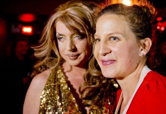 Éveline Gélinas, l'interprète de Bec-de-lièvre, fraternise avec la drag queen Dream. (Photo: Marco Campanozzi, La Presse)