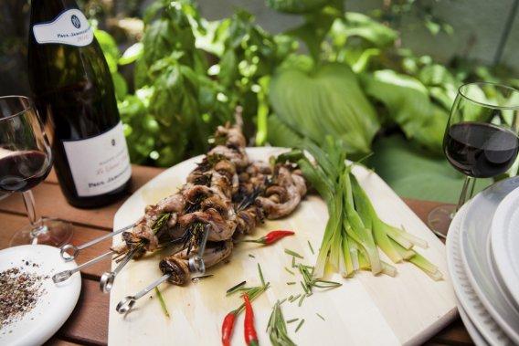 La hampe de veau a été enfilée sur des brochettes avec de petits légumes comme des champignons. (Photo Anne Gauthier, La Presse)