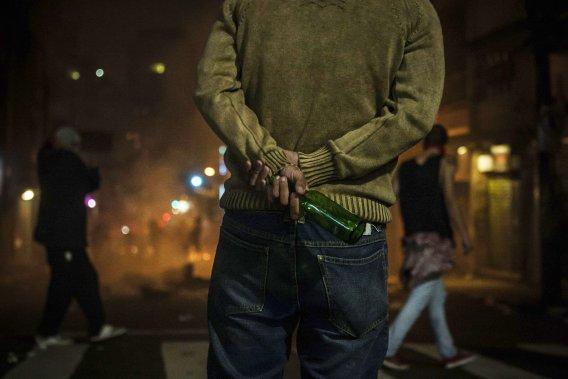 Un manifestant se prépare pour affronter les forces de l'ordre lors d'une manifestation à São Paulo, le 18 juin. (PHOTO VICTOR MORIYAMA, REUTERS)