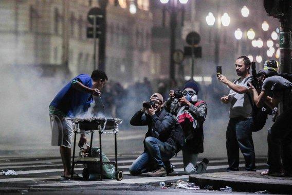 Alors que les manifestations battent leur plein dans les rues de São Paulo, cet étudiant préfère se consacrer à un petit «barbecue», le 19 juin. (PHOTO MIGUEL SCHINCARIOL, AFP)