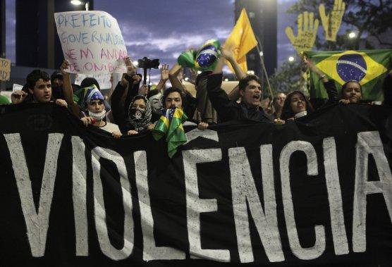 Des manifestants défilent derrière une bannière où l'on peut lire en portugais «Pas de violence», lors d'un rassemblement à São Paulo, le 17 juin. (PHOTO ALEX ALMEIDA, REUTERS)