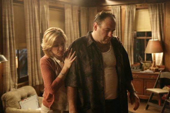 James Gandolfini, en compagnie de sa co-vedette Edie Falco, dans une scène d'un épisode de la dernière saison de The Sopranos, en 2007. (HBO)