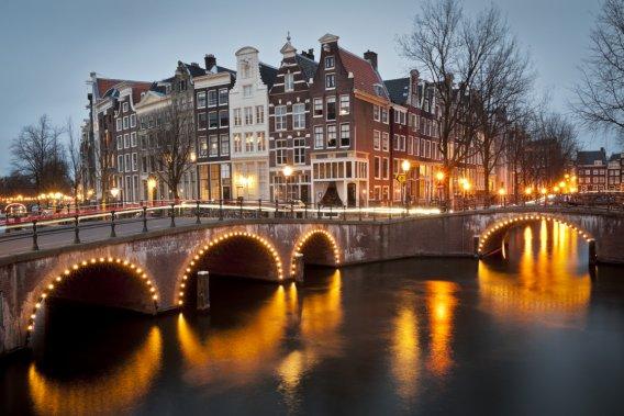 Le soir, les canaux d'Amsterdam prennent un aspect féérique. (Photothèque La Presse)