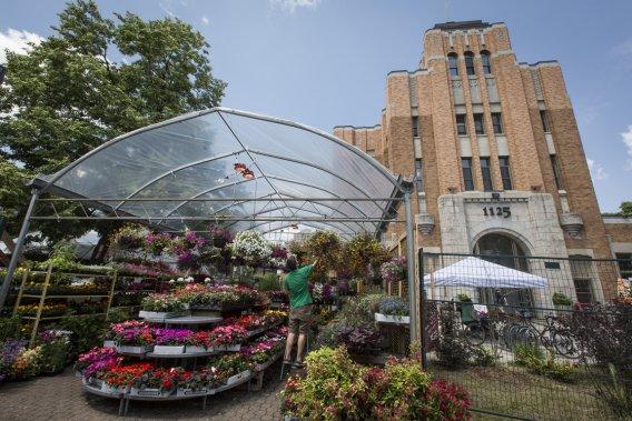 Le marché Saint-Jacques, d'inspiration Art Déco, retrouve sa vocation de marché public. Dix-huit condos y seront construits. (Photo Olivier Pontbriand, La Presse)
