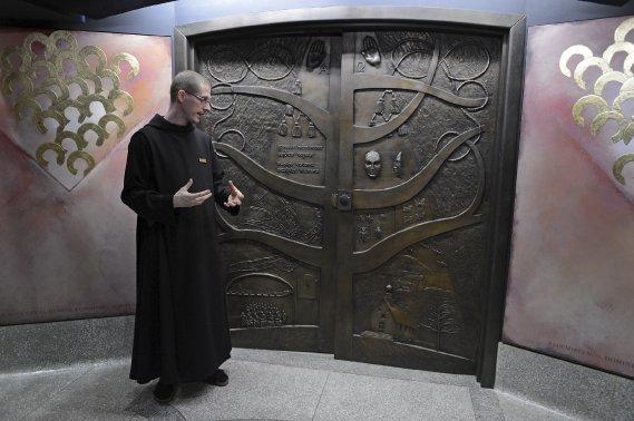 Le directeur des expositions dans le cadre des Fêtes du 350e anniversaire de la fondation de la paroisse Notre-Dame, le frère Benoît (Le Soleil, Patrice Laroche)