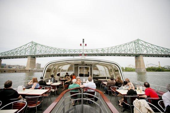 Le Bateau-Mouche, quipeut accueillir 190 personnes, possède deux ponts-terrasses et un pont climatisé (PHOTO MARCO CAMPANOZZI, LA PRESSE)