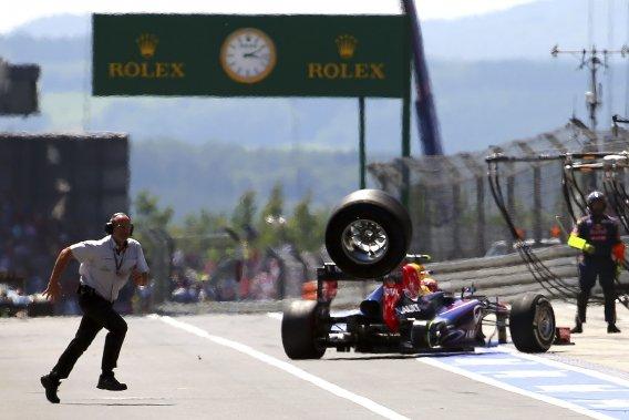 Un caméraman a été heurté par un pneu lors d'un changement raté de l'équipe Red Bull sur la monoplace de Mark Webber.