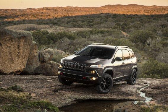 Jeep travaille à construire un modèle qui complémentera le Cherokee (photo). Le nouveau spécimen sera basé sur une architecture Fiat et sera assemblé en Italie.