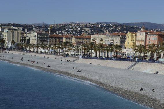 Qu'il est bon de se prélasser sur les galets des plages de Nice! (Photo Violaine Ballivy, La Presse)