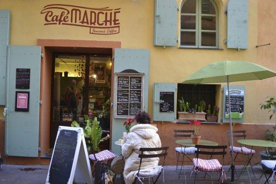 Au Café Marché, on casse la croûte dans la bonne humeur. (Photo Violaine Ballivy, La Presse)