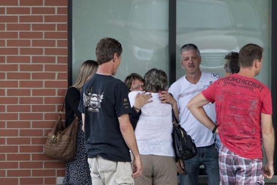 Des familles ayant possiblement perdu des proches lors de l'accident ferroviaire se rencontrent pour discuter du deuil à venir. (La Presse, Alain Roberge)