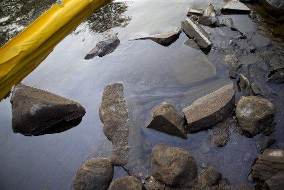 Des contaminants flotte sur la surface de l'eau de la rivière Chaudière. (Photo Alain Roberge, La Presse)