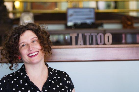 Sue, copropriétaire du salon de tatouage Tsunami Tattoo (Photo Anne Gauthier, La Presse)