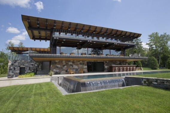 Même si la maison a fait l'objet d'importantes rénovations, le propriétaire a gardé le cachet et l'esprit de l'architecture. La piscine a été rapprochée de la résidence et a gagné en prestance. (PHOTOS DAVID BOILY, LA PRESSE)