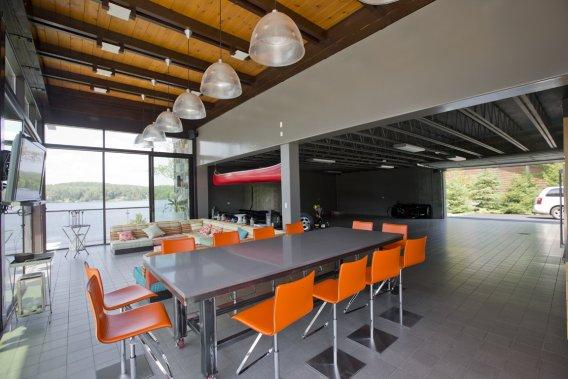Créé de toutes pièces, le garage sert aux voitures et aux… partys! Le tout est convivial, facile d'entretien, profite des perspectives visuelles sur le lac et la piscine, et donne sur une vaste terrasse. (Photo David Boily, La Presse)