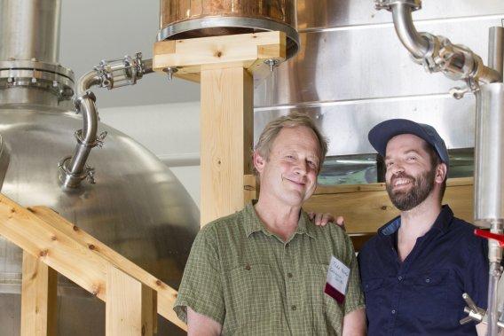 Todd Hardie, fondateur de Caledonia Spirits, accompagné de Jack Jacob, qui importe le Barr Hill Gin au Québec. (Photo Anne Gauthier, La Presse)