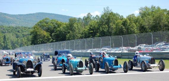 Les Bugatti ont défilé sur le circuit du mont Tremblant dans le cadre du Sommet des légendes. (Photo Alain Raymond, collaboration spéciale)