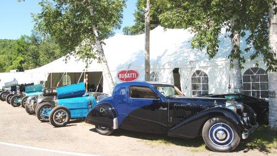la Bugatti Type 57 Ventoux 1936, l'un des joyaux de l'abondante collection de Tom Clifford, semble surveiller le quartier général de la marque. (Photo Alain Raymond, collaboration spéciale)