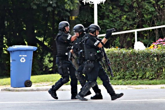 Les agents ont dû procéder prudemment car le septuagénaire possèderait plusieurs armes à feu. (Photo David Boily, La Presse)