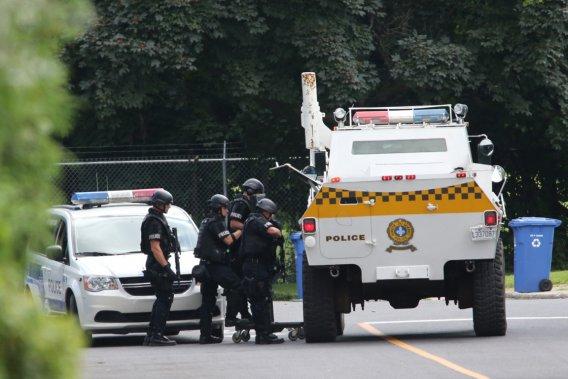 À l'aube, un véhicule blindé de la Sûreté du Québec (SQ) muni d'un bélier avait défoncé la porte principale de la maison. Le recours à des gaz irritants n'avait pas incité le forcené à se rendre. (Photo David Boily, La Presse)