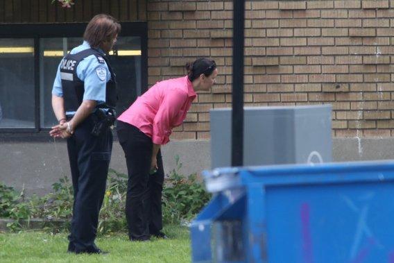 Cette femme, la fille de l'homme armé et barricadé dans la maison, a essayé de crier quelque chose à son père. (Photo David Boily, La Presse)