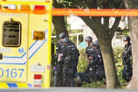 Le Service de police de la Ville de Montréal (SPVM) rapporte que vers 8h00, un de ses agents qui était entré dans la maison a tiré une balle de caoutchouc sur le forcené, qui est tombé au sol. Il se serait rendu sans résistance dans les moments suivants. (Photo David Boily, La Presse)