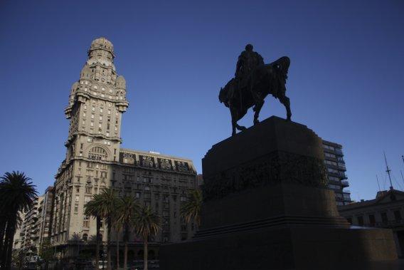 La Plaza Independencia, ornée du fameux Palacio Salvo. (Photo Sylvain Sarrazin, La Presse)