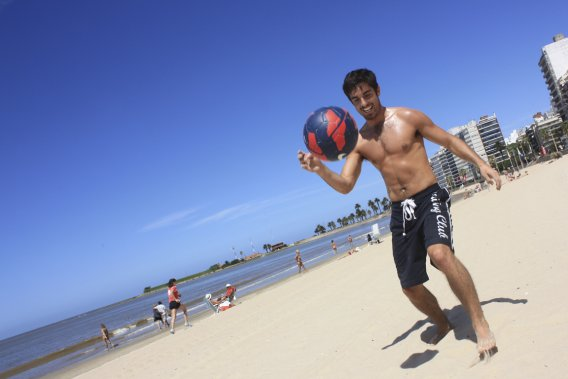 Dans les stades, comme sur la plage, les Uruguayens restent accros au soccer. (Photo Sylvain Sarrazin, La Presse)