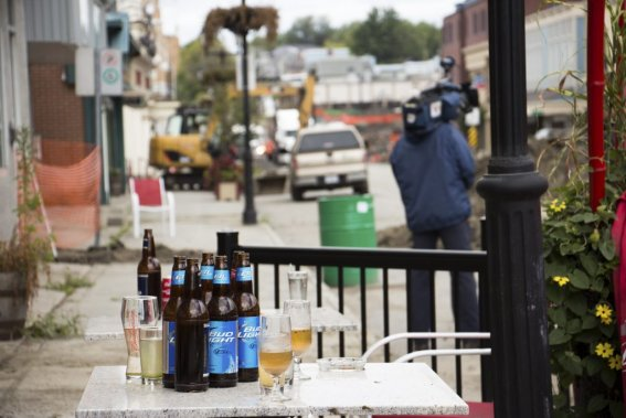 La terrasse d'un bar déserté la nuit du drame. Rien n'a été touché depuis. (Photo Ninon Pednault, La Presse)