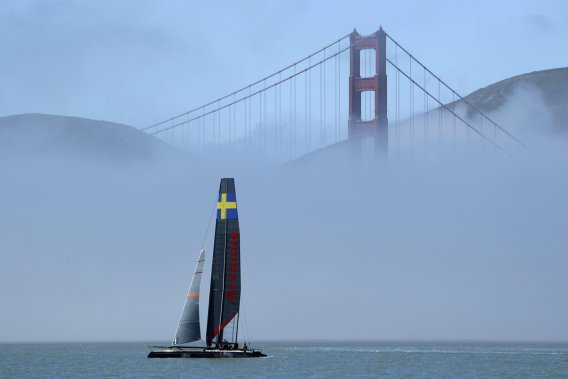 Un catamaran à l'entraînement au pied du célèbre Golden Gate. (Photo AP)