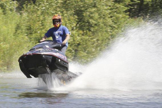 Jean Houle, un travailleur de la construction de 43 ans, fait partie du Circuit de motoneige sur eau du Québec depuis maintenant 14 ans.