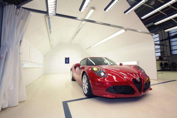 L'Alfa Romeo 4C pèse seulement 895kg, pour 240 chevaux.